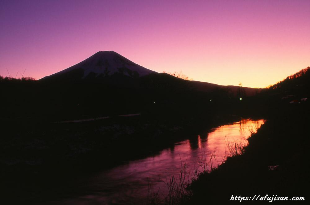 ピナツボ火山噴火後の夕焼けと富士山
